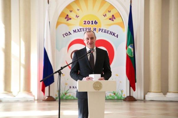 Рашид Темрезов поздравил женщин Карачаево-Черкесии с 8 Марта