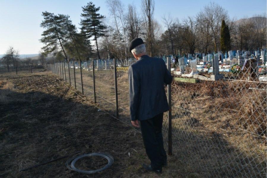 В Зеленчукском районе установлен забор на одном из кладбищ