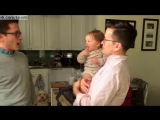 Маленькая девочка видит брата-близнеца отца / A baby meets the twin brother of his father