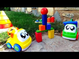 Чиним городскую скульптуру с машинками. Цветные фигуры в парке. Мультик про машинки