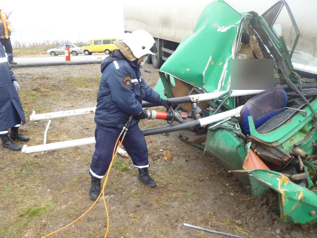 В Ростовской области столкнулись сразу три автомобиля, есть погибший