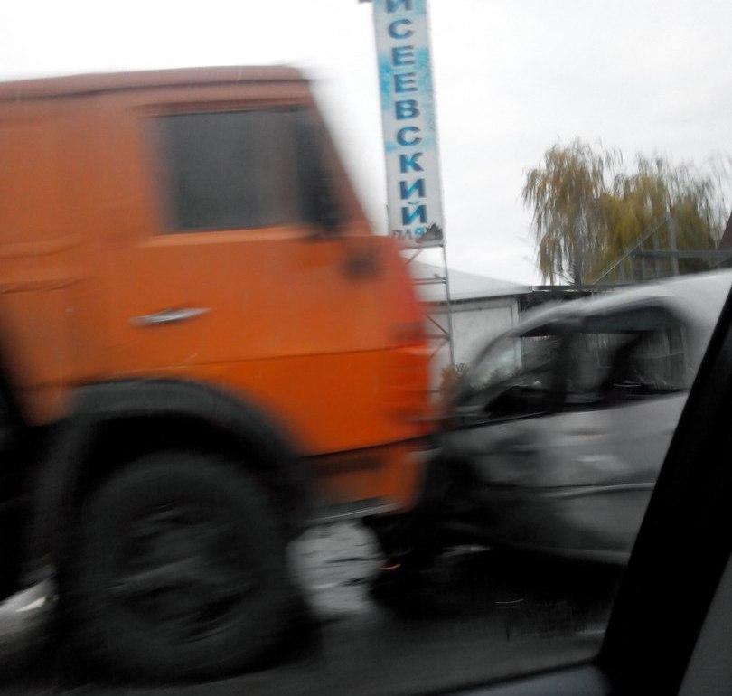В Таганроге на Адмирала Крюйса «КамАЗ» протаранил «Рено Логан»
