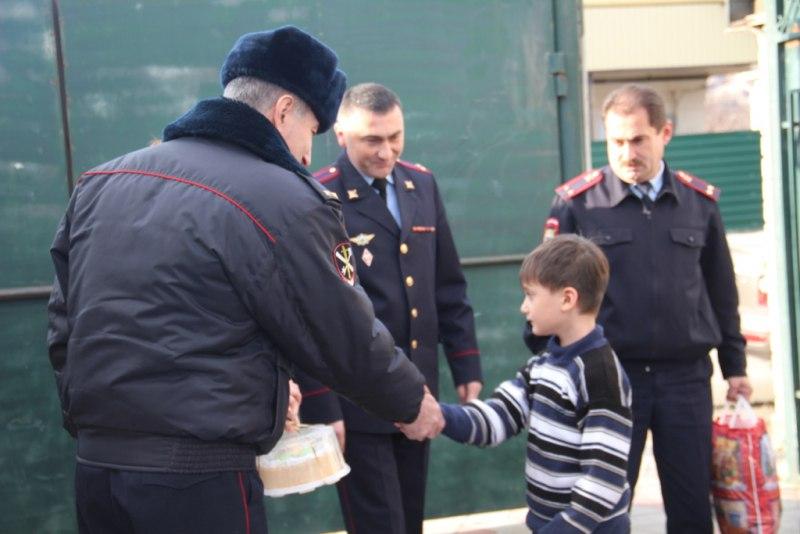 Хабезские полицейские оказали благотворительную помощь двум семьям