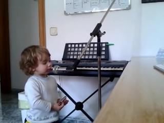 2-летний малыш поет блюз