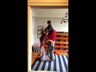 Акро-йога Саши Крашника и детей Миши