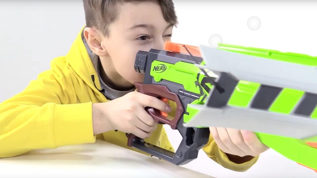 Cтрелялки! ИгроБой Даня и арбалет НЕРФ против зомби! Видео для детей