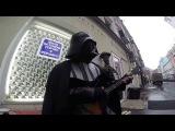 Дарт Вейдер играет имперский марш на балалайке в центре Москвы
