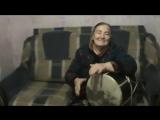 Бабуля осетинка четко играет на дхоле (барабане)