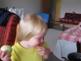 ребенок кушает лук