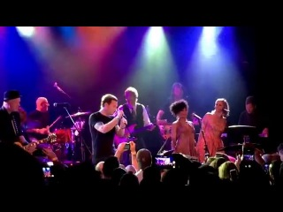 Ewan McGregor sings Heroes in tribute to David Bowie at Roxy Theater in Los Angeles 2/8/16