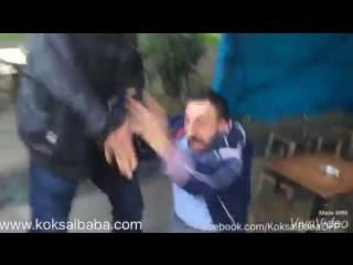 Карманный Абу (Koksal Baba/Köksal Baba) яростно избивает обидчика