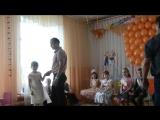 Папа с Дочей на выпускном танцуют танец. Мамы рыдали)))