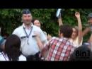 Дежурный бельгийский полицейский танцует на музыкальном концерте / concert Matonge Europe les nouveaux nés font danser la Police