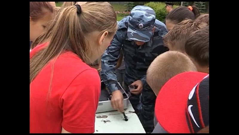 Полицейские показали ребятам из лагеря ЦЭКиТа криминалистическую лабораторию и показали, как изучают следы преступления