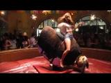 Девушка на механическом быке