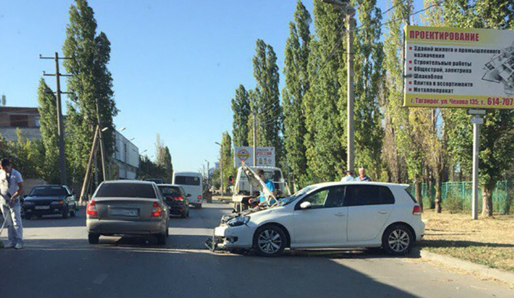 В Таганроге на улице Адмирала Крюйса произошло тройное ДТП