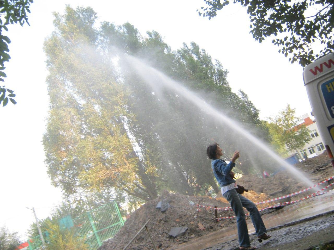 В Таганроге на улице Сергея Лазо забил пятиметровый коммунальный фонтан