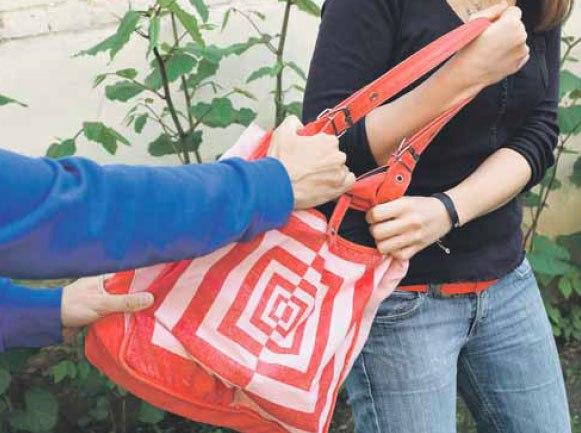 В Таганроге 21-летний уличный грабитель вырвал у таганроженки сумку из рук и сбежал