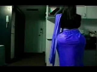 Hot Indian Desi Bhabi Show Off Her Sexy Back