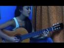 Красивая девочка хорошо играет и поет