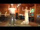Папа с дочкой зажигают на свадьбе
