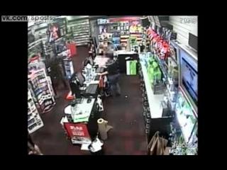 Маленький мальчик бьёт вооружённого пистолетом грабителя магазина / 7 yo boy fearlessly punches armed robber in the stomach