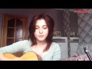 Девушка круто поёт песню