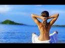 Девушка занимается на пляже йогой.