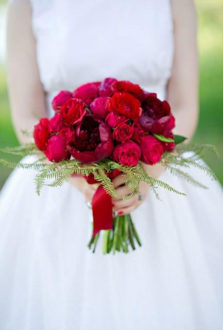 e8hVeHcammA - Красные свадебные букеты (25 фото)