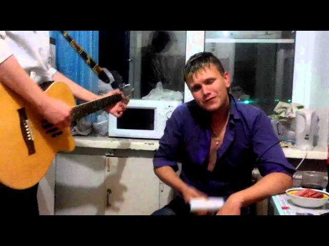 парень БУХОЙ красиво поет под гитару для любимой круто