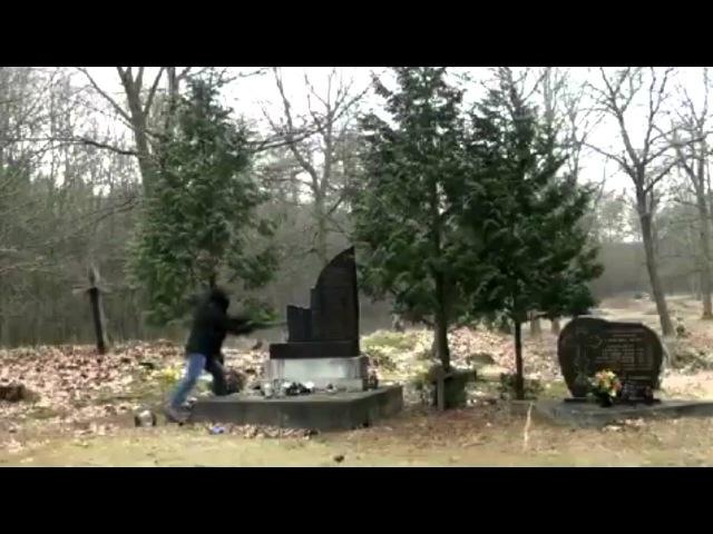 Польша Кувалдой уничтожают памятник УПА