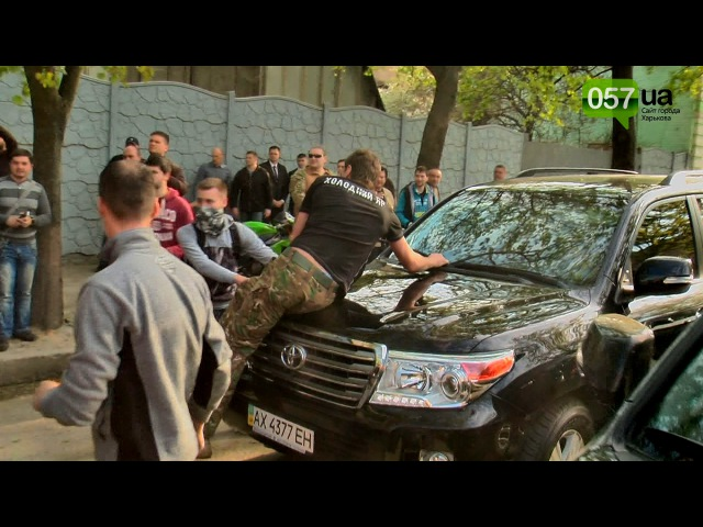 Під град з каменів і яєць екс-регіонали збивали машинами активістів, збігаючи з форуму