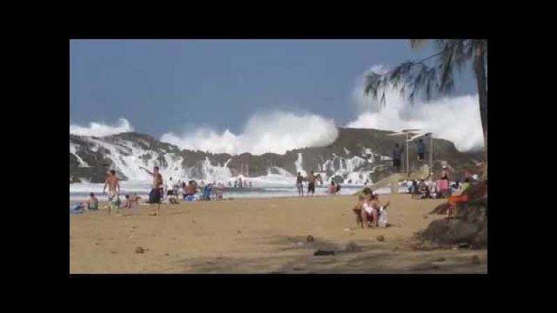 Закрытый скалами пляж в Пуэрто-Рико и огромные волны.