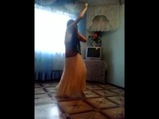 Цыганочка сексуально танцует