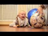 Первые игры с футбольным мячом...)))