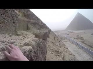 Парень забрался на Великую пирамиду в Гизе(Египет)