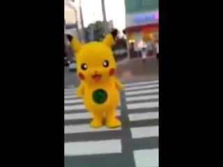 Пикачу на пешеходном переходе :)