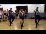 Мужчины танцуют на каблуках под Бейонс