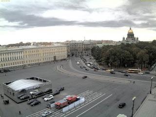 Фасад зеркального куба обрушился на людей на Дворцовой пл. в Санкт-Петербурге