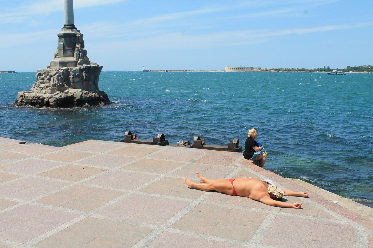 Картинки по запросу купание у памятника затопленных кораблей