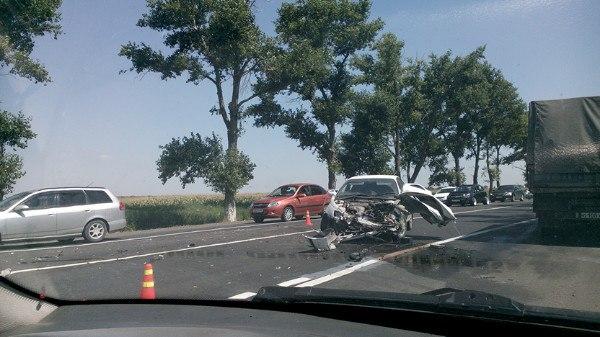 На трассе «Ростов-Таганрог» лоб в лоб столкнулись Toyota и «Газель»