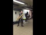 Парни отжигают в подземке на Юнион-сквер на Манхэттене