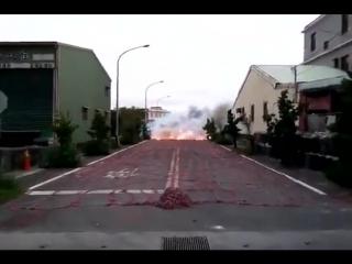 Взрыв тысяч китайских петард