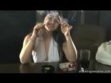 Милая девушка курит две сигареты