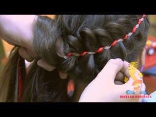 Плетём ребёнку: коса из трёх прядей и двух лент