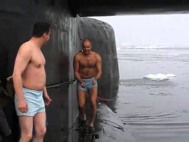 Купание офицеров подводников в полынье на Северном полюсе