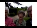 Старые люди не знают, как использовать камеру телефона