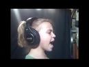 9летняя девочка поет песню Кристины Агилеры.
