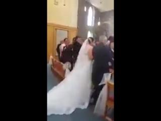 Маленький мальчик против свадебного платья