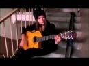 Девушка красиво играет на гитаре испанские песни